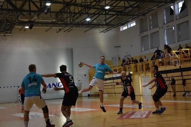 Szczypiorniak Dąbrowa Białostocka (niebieskie koszulki) zajął trzecie miejsce w II lidze