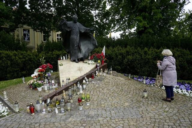 W poniedziałek, 18 maja, przypada setna rocznica urodzin papieża Jana Pawła II. Karol Wojtyła urodził się 18 maja 1920 roku w Wadowicach. 16 października 1978 został papieżem. Zmarł 2 kwietnia 2005 roku w Watykanie. Beatyfikowany został 1 kwietnia 2011 roku, natomiast jego kanonizacja odbyła się 27 kwietnia 2014 roku. Z okazji setnej rocznicy urodzin papieża wiele osób złożyło kwiaty pod pomnikiem Jana Pawła II znajdującym się na poznańskim Ostrowie Tumskim. Zobacz na zdjęciach, jak poznaniacy wspominali papieża Polaka.