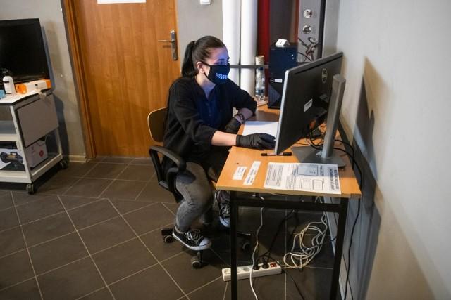 Do egzaminów zawodowych przystępują uczniowie szkół branżowych pierwszego stopnia oraz techników. Odbywają się one w formie pisemnej oraz ustnej w dwóch sesjach - letniej i zimowej.