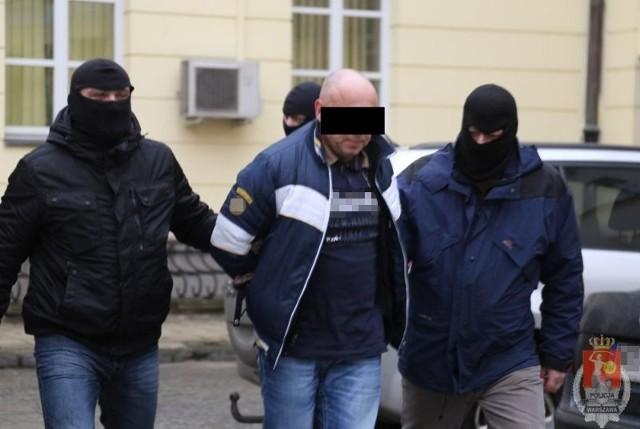 W niedzielę, dzielnicowy z Bielan zainteresował się samochodem zaparkowanym nieopodal miejsca popełnienia przestępstwa. Był to strzał w dziesiątkę, ponieważ w aucie znaleziono kasetę z pieniędzmi. Funkcjonariusze od razu zabezpieczyli do sprawy samochód oraz kasetę z banknotami.Wczoraj 40-letni Jacek L. i 34-letni Piotr N. decyzją sądu zostali tymczasowo aresztowani na trzy miesiące. Za kradzież z włamaniem grozić im może kara pozbawienia wolności do 10 lat.