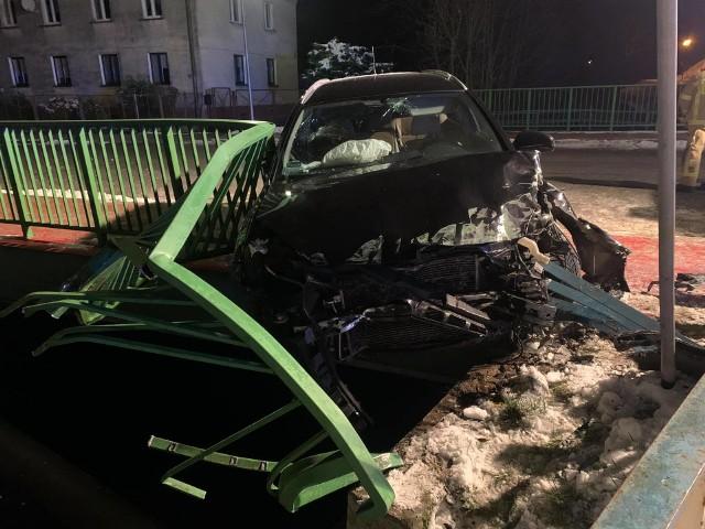 Samochód osobowy uderzył w barierki na moście i zawisł komorą silnika nad rzeką.