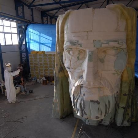 Prawie wszystkie elementy pomnika Chrystusa Króla są już gotowe. Ostatnio Mirosław Patecki wyrzeźbił głowę. Czy jednak budowa pomnika zostanie ukończona?