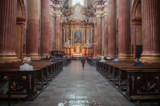 Miesiąc październik to czas nabożeństw różańcowych. W wielu parafiach organizowane są one po mszy świętej lub o ustalonej godzinie. Księża zapraszają na modlitwę różańcową również rodziny z dziećmi. Sprawdź gdzie, i o której godzinie odprawiane są nabożeństwa różańcowe w Poznaniu.