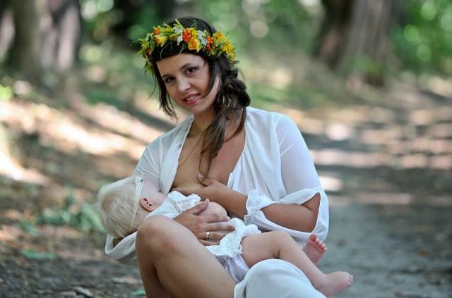 Karmienie piersią - do kiedy mama powinna karmić piersią swoje dziecko? Czy karmić do 3 roku życia, czy może tylko do 6 miesiąca? Które mleko jest zdrowsze: matki czy może modyfikowane? Jaką dietę powinna stosować karmiąca mama - z tymi pytaniami mierzą się karmiące piersią mamy.