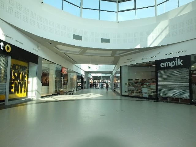 Część sklepów czeka już na klientów, w innych trwa jeszcze wykładanie towaru i ostatnie porządki. Otwarcie starachowickiego Centrum Galardia już w środę.