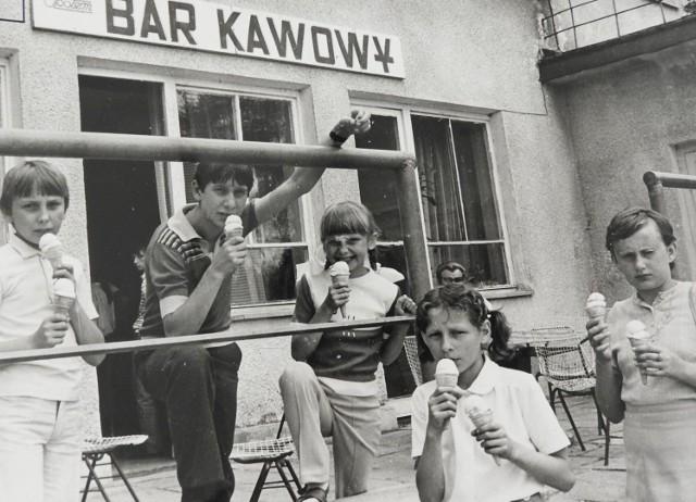 Ponownie zapraszamy naszych Czytelników w sentymentalną podróż w przeszłość. Tym razem postanowiliśmy przypomnieć sobie, jak z upałami radziliśmy sobie w okresie PRL. Zdjęcia wykonali fotoreporterzy Gazety Współczesnej.