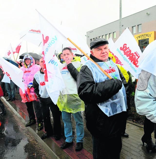 Związkowcy protestują w obronie zwalniancy szefów związków. W tym przypadku bronili Andrzeja Magdziarza z Twinings