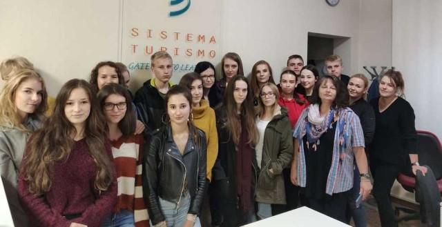 Pamiątkowe zdjęcie uczestników włoskich praktyk z organizatorami w siedzibie firmy Sistema Turismo