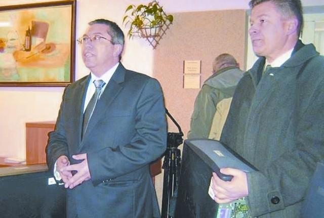 Zapytany przez nas wczoraj prezes PKS Łomża Adam Wykowski (na zdjęciu z lewej) o aktualną sytuację spółki, odmówił komentarza.