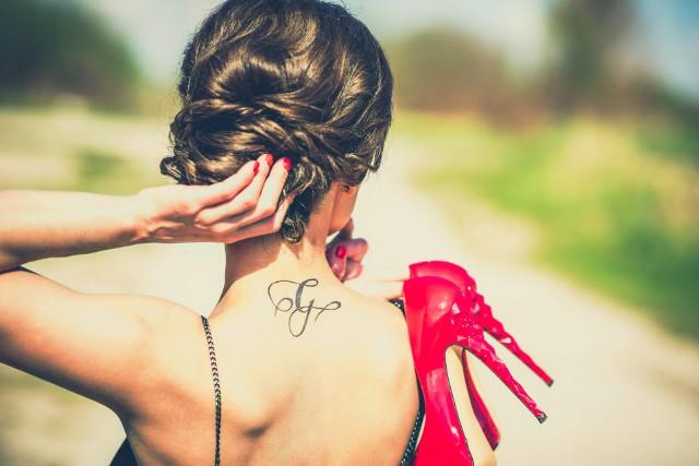 Metoda usuwania tatuażu zależy od jego wielkości, miejsca, w którym się znajduje, koloru, głębokości i gęstości pigmentu. Najszybciej można się pozbyć tatuaży tzw. tymczasowych. Te zrobione na stałe lub przez amatorów wymagają wizyty w specjalistycznej klinice.