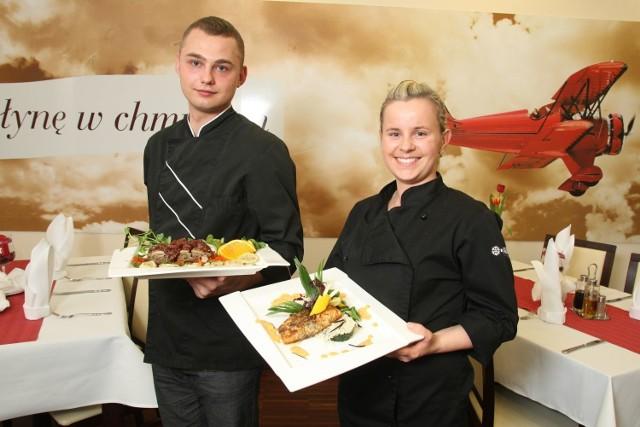 Kucharz Paweł Czerwiński i Małgorzata Marcisz, szefowa kuchni restauracji Far Niente w hotelu Aviator w Masłowie koło Kielc polecają obiadowe dania z kaczką, łososiem i deser z jabłkami.