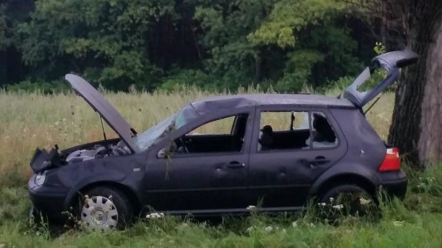 Rozbite auto stoi na poboczu drogi koło Dąbrowca.