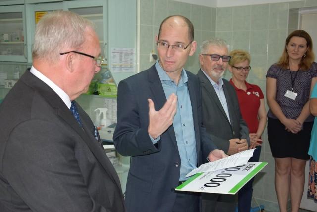 Firma Lafarge po raz kolejny wsparła szpital w Żninie. Prezes Xavier Guesnu przekazał czek na 20 tys. zł z przeznaczeniem na zakup bieżni medycznej wraz z systemem do badań wysiłkowych.