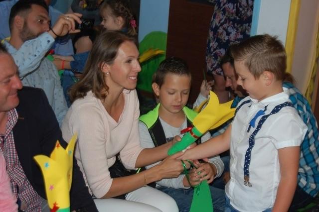Po występach dzieci wręczyły swoim rodzicom prezenty i złożyły życzenia.