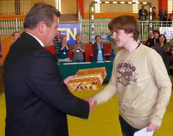 Marszałek podkarpacki Zygmunt Cholewiński wręcza nagrodę zwycięzcy olimpiady Damianowi Orlefowi z Zabrza.