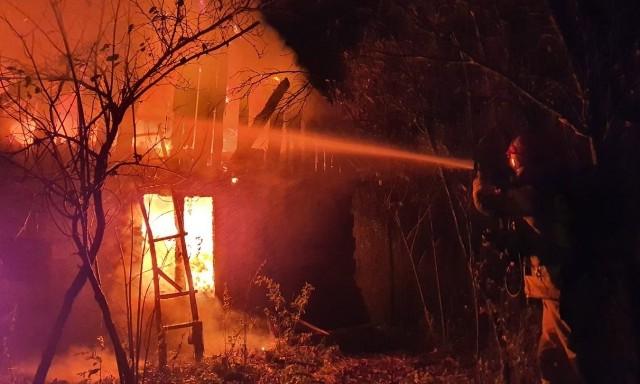 Strażacy gasili pożar domu w Hucie koło Lipska.