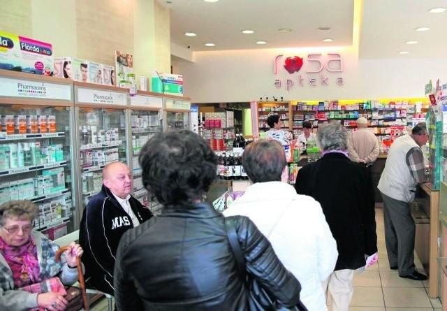 W zeszłym tygodniu Sejm przyjął ustawę o bezpłatnych lekach dla osób, które ukończyły 75 lat. Rząd zapowiada, że seniorzy skorzystają z jej przepisów nie później niż we wrześniu tego roku. W stosunku do ustawy pada wiele zarzutów.
