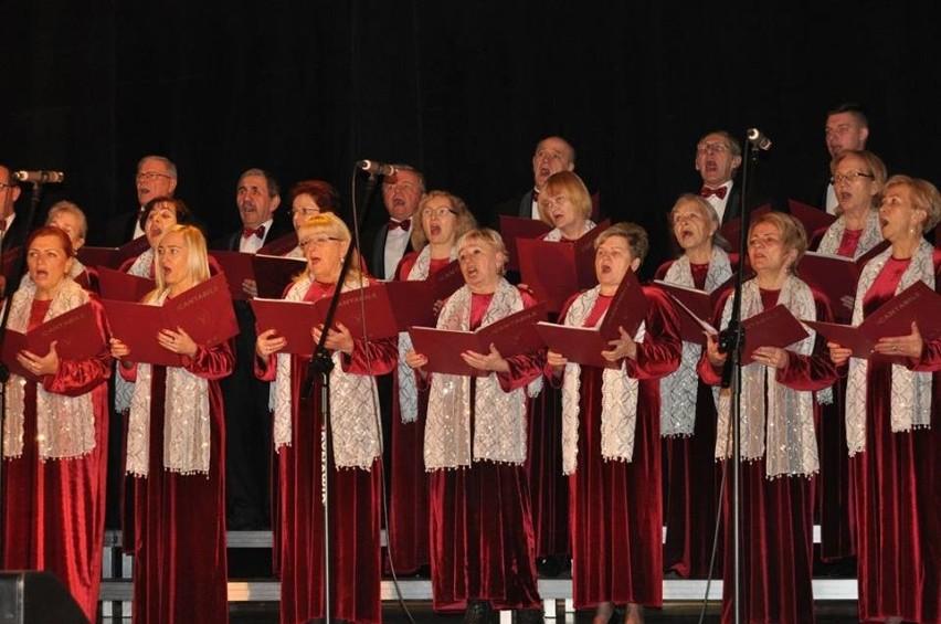 Widzowie mieli okazję posłuchać kolęd, pastorałek i piosenek świątecznych w wykonaniu Chóru ,,Cantabile'' pod dyrekcją Bernarda Grupy.