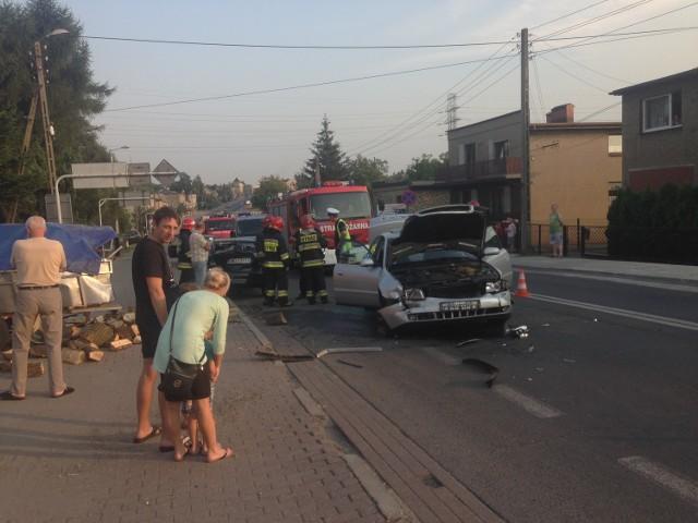 Groźnie wyglądający wypadek w Rydułtowach. Z jednego z samochodów odpięła się przyczepa z drewnem i uderzyła w samochody.