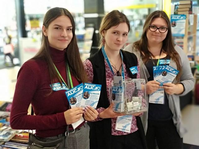 Agata, Basia i Marcelina biorą udział w organizacji kiermaszu książek w Galerii Olimp. Pozostałych wolontariuszy są dziesiątki!