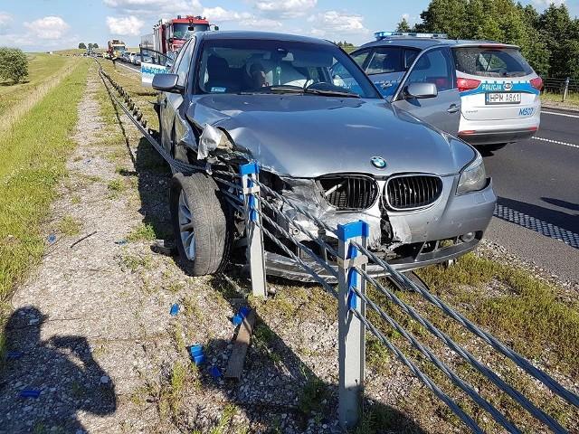 Prawdopodobnie w wyniku nadmiernej prędkości, kierujący bmw wypadł z drogi i wjechał w barierki.