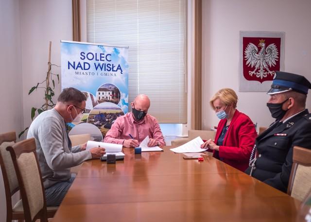 W siedzibie Urzędu Miasta i Gminy w Solcu nad Wisłą podpisana została umowa na przebudowę remizy strażackiej w Sadkowicach.