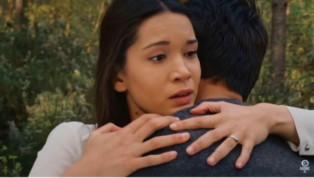 """TVP kończy emisję popularnego serialu """"Więzień Miłości"""". Niebawem zastąpi go inny serial pt. """"Promyk nadziei"""". Na początku roku w """"Więźniu Miłości"""" doszło do dużych zmian. Z serialu zniknęli główni bohaterowie: Zehra i Omer, obecne wydarzenia dzieją się kilka lat później. W tym tygodniu wyemitowane zostaną ostatnie odcinku """"Więźnia Miłości"""". Co się wydarzy? Sprawdź streszczenia w galerii."""