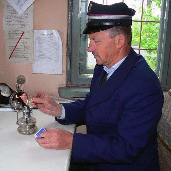 To prawdopodobnie ostatni przejazd kolejowy w Polsce, w którym nie ma prądu - mówi pan Czesław.