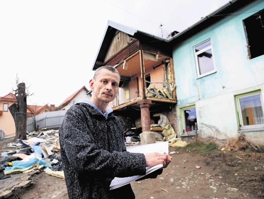 Cały świat poinformujemy o tym, co zrobił nam burmistrz! - zapowiada  Rafał Murkowski, który reprezentuje Romów z ul. Wąskiej. Mówi, że wolą zostać w zrujnowanym domu niż ulec szantażowi