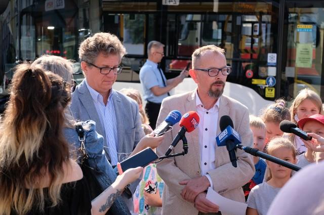Zapraszamy mieszkańców, by zechcieli skorzystać z atrakcji, które zaplanowaliśmy, oraz zachęcamy do podróżowania po Białymstoku rowerem lub autobusem – mówi wiceprezydent Białegostoku Zbigniew Nikitorowicz (z prawej).