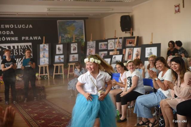 7 czerwca w Szkole Podstawowej nr 2 w Nakle odbył się Pokaz Mody Osób Niepełnosprawnych, który zakończył coroczny Tydzień Integracji.Pokaz mody został zorganizowany przez Joannę Nowak oraz Joannę Peatzkę - założycielki projektu ZEBRAblue, czyli agencji modeli osób niepełnosprawnych. Celem tworzącej się agencji ZEBRAblue jest zmienianie oblicza mody i pokazywanie piękna osób niepełnosprawnych. Założycielki planują stworzyć bazę modeli osób niepełnosprawnych, którzy będą promowani na rynku pracy w Polsce. Wszyscy uczestnicy/modele projektu są traktowani indywidualnie. Każda odbyta sesja zdjęciowa to dla nich swego rodzaju terapia podnosząca ich poczucie wartości.Agencję ZEBRAblue reprezentuje na razie 11 osób. Można ją znaleźć na Facebooku i Instagramie.