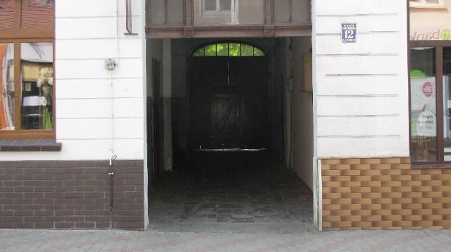 Do tej bramy uciekli zaatakowani chłopcy.