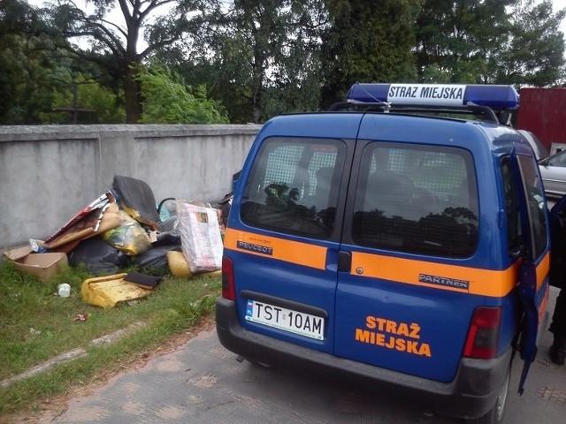 Mur przy cmentarzu przy ulicy Zgodnej to popularne miejsce podrzucania śmieci.