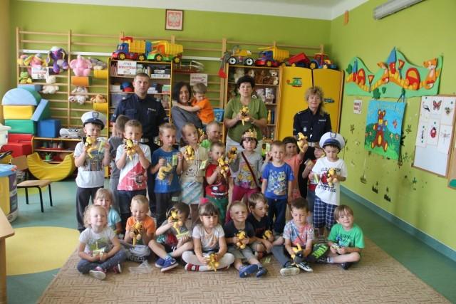 """Dzieciaki z klasy """"O"""" w Modliszewicach z radością ściskają w rękach otrzymane od Policji Misie Pancerniki, które na pewno będą przypominać maluchom podstawowe zasady bezpieczeństwa."""