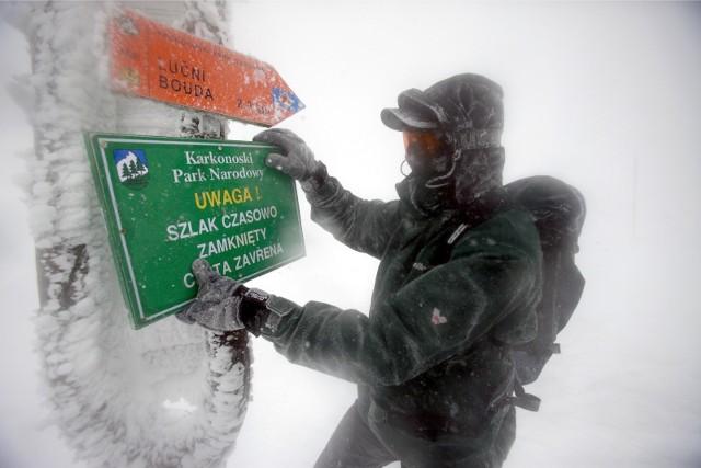 Wiele szlaków jest zasypanych i nieprzetartych. Pokrywa śniegu na Śnieżce ma 184 cm grubości