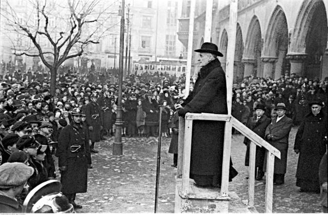 Arcybiskup metropolita krakowski Adam Sapieha przemawia do zebranych na Rynku Głównym 1936