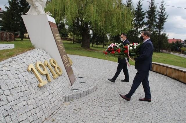 Tak wyglądały uroczystości w ubiegłym roku w Skrzyńsku. Kwiaty pod pomnikiem Orła Białego w Skrzyńsku składał burmistrz Przysuchy Tomasz Matlakiewicz oraz wicestarosta powiatu przysuskiego Marek Kilianek.