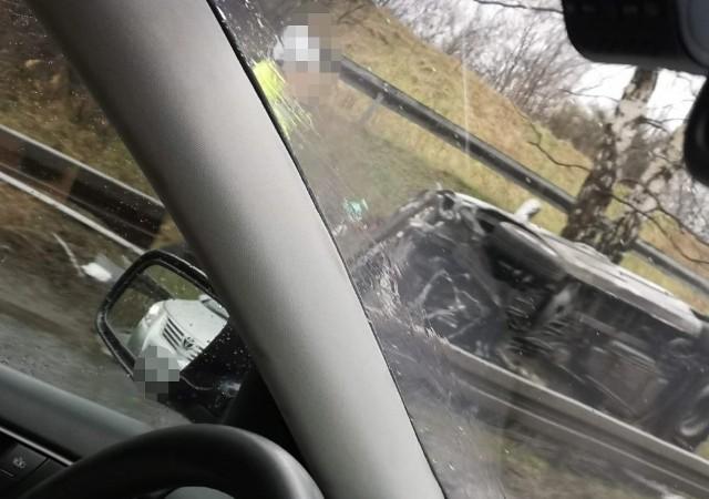 Samochód przekoziołkował przez barierki na zjeździe z DK94 na S86