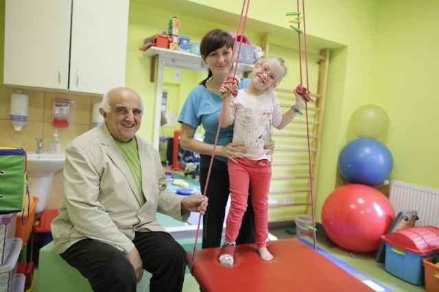 Dyrektor fundacji Kazimierz Jednoróg: – Żyję z emerytury z fundacji nie biorę ani grosza. To wszystko jest dla podopiecznych. Obok z małą Lidzią ćwiczy terapeutka Justyna Świdzińska.