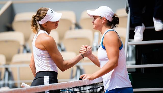 W drugiej rundzie singla Linette (szczęśliwie, krecz rywalki w drugim secie) pokonała liderkę rankingu WTA, Australijkę Ashleigh Barty