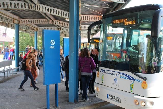 PKS Strzelce Opolskie ma 60 autobusów, zatrudnia 119 osób. Prezes mówi, że firma robi, co może, żeby kończyć rok na plusie, np. rozszerzając usługi pozaprzewozowe. Mieszkańcy narzekają jednak na likwidację kolejnych połączeń. Prezes rozkłada ręce i pyta, kto ma płacić za nierentowne przewozy.