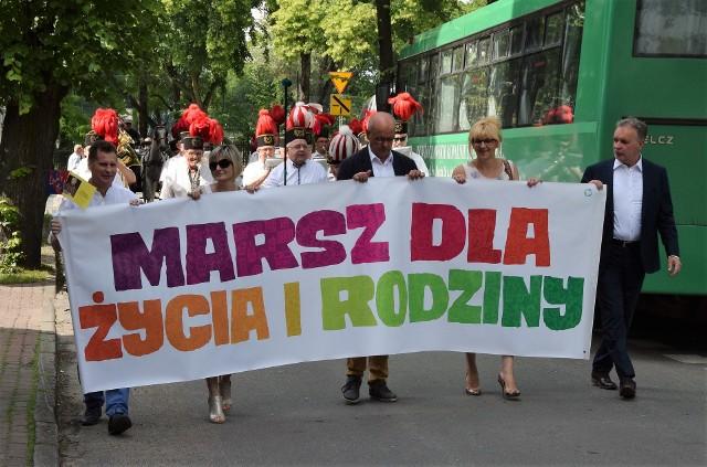 Inowrocławianie uczestniczyli w Marszu dla Życia i Rodziny. Rozpoczął się on wspólną modlitwą na Skwerze Jana Pawła II. Na uczestników czekał  tam duży okolicznościowy tort. Po poczęstunku uczestnicy ruszyli ulicami miasta do Solanek.