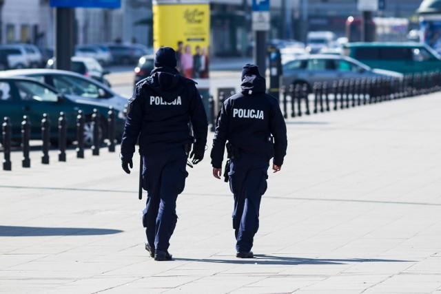 Do kiedy potrwa całkowity lockdown w Polsce? Niestety z powodu coraz większej liczby nowych zachorowań na COVID-19 rząd został zmuszony do powrotu do surowych obostrzeń. Zamkniętych jest wiele sklepów i punktów usługowych. Na razie decyzja obowiązuje do 9. kwietnia. Niewykluczone jednak, że restrykcje potrwają jeszcze dłużej. Szczegóły przeczytasz na kolejnych stronach ---->
