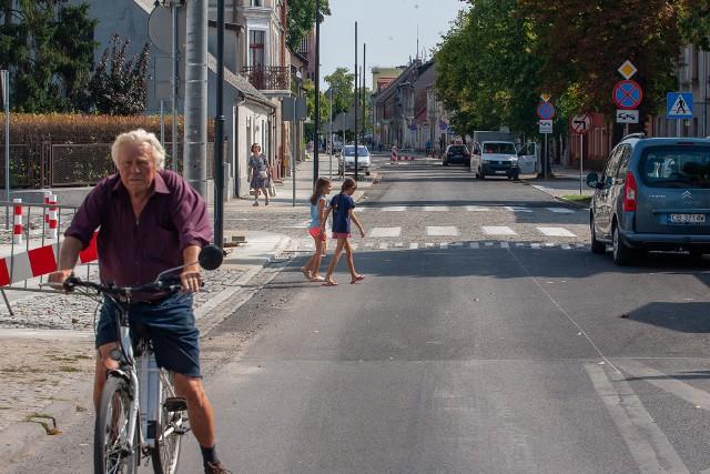 Zgodnie z projektem, na jezdni ulicy Bydgoskiej ułożono nawierzchnię asfaltową. - Takie rozwiązanie ograniczy hałas i drgania w pobliżu wiekowych budynków. Część nich równolegle z pracami drogowymi była również remontowana. Na chodnikach, w oparciu o standardy wypracowane ze stowarzyszeniami reprezentującymi pieszych, zastosowaliśmy duże płyty betonowe. Część chodników jest oddzielona od jezdni pasem zieleni z nowymi nasadzeniami krzewów - przypominają urzędnicy ratusza. - Wszystkie rozwiązania na ul. Bydgoskiej zostały skonsultowane między innymi ze Stowarzyszeniem Mieszkańców Starego Fordonu. Dzięki przebudowie kanalizacji deszczowej poprawiło się również odwodnienie.