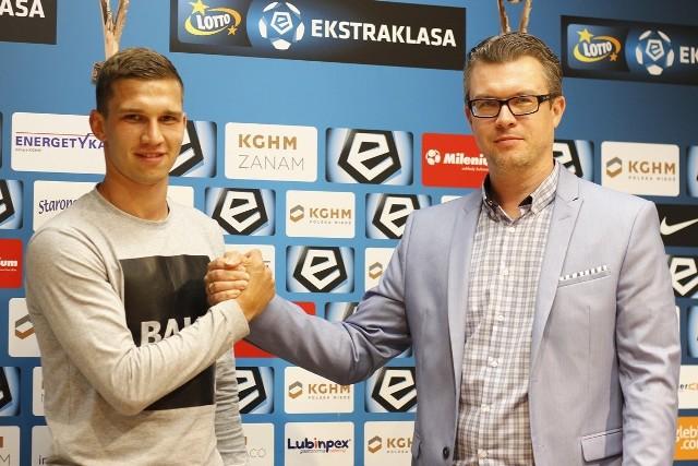 Jakub Świerczok (z lewej) z prezesem Robertem Sadowskim