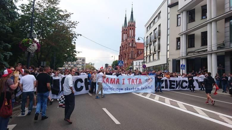 """Radny Henryk Dębowski przed sądem za blokowanie marszu równości w 2019 roku. """"Te postępowanie ma charakter polityczny"""" (zdjęcia)"""