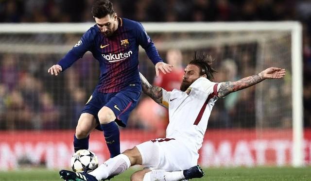 Daniele De Rossi (z prawej, Roma) wpakował piłkę do własnej bramki, usiłując przeszkodzić Lionelowi Messiemu w dojściu do niej