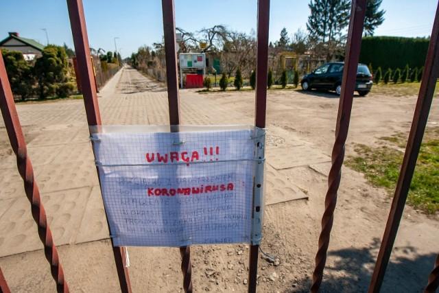 Na bramie Rodzinnego Ogrodu Działkowego Podgórze przy ul. Gdańskiej na wysokości Myślęcinka jest informacja, że w związku z obostrzeniami dotyczącymi koronawirusa włączenie wody nastąpi w okresie poświątecznym. Działkowicze proszeni są o zakręcenie wody na działkach i w altanach.
