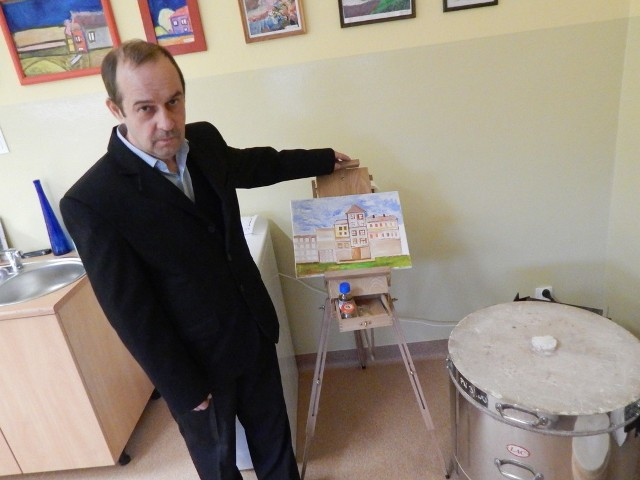 """- Bardzo lubię malować, to mnie odpręża- mówi pan Bogdan, podopieczny """"Magnolii""""i prezentuje swoje dzieło."""