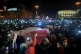 """22. Łańcuch Światła w Poznaniu. Zebrali się na placu Wolności w obronie niezawisłości sądów: """"To my jesteśmy sprawiedliwością"""""""